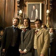 Lord Wooton (Colin Firth), Dorian (Ben Barnes) e Basil (Ben Chaplin) posano di fronte al ritratto nel film Dorian Gray