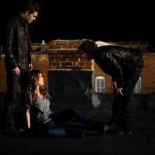 Ian Somerhalder gioca con Kayla Ewell, mentre Paul Wesley cerca di aiutarla nell'episodio Night of the Comet