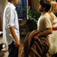 Chuck (Zachary Levi) e il suo migliore amico Morgan (Joshua Gomez) in una scena dell'episodio Chuck vs. Il verme della sabbia