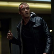 Frankie (Michael Dorman) armato di coltello in una scena del film Daybreakers
