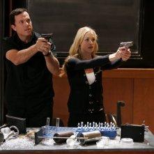 John (Adam Baldwin) e Sarah (Yvonne Strahovski) in azione alla Stanford nell'episodio Chuck vs. L'Alma Mater