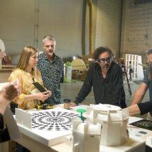 Tim Burton ed i suoi collaboratori studiano il modellino realizzato per il film Alice in Wonderland