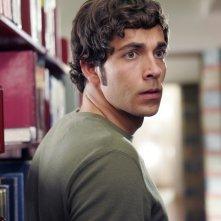 Zachary Levi nella biblioteca di Stanford nell'episodio Chuck vs. L'Alma Mater