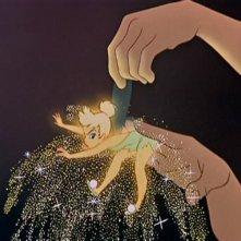 La mano della protagonista tiene la fata Trilli in una scena de Le avventure di Peter Pan