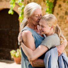 Vanessa Redgrave e Amanda Seyfried in un'abbraccio, in una sequenza del film Letters to Juliet