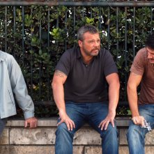 Claudio Amendola, Antonio Catania e Gabriele Mainetti in un momento del primo episodio di Tutti per Bruno