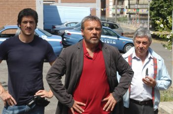Claudio Amendola, Antonio Catania e Gabriele Mainetti in una scena del primo episodio di Tutti per Bruno