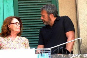 Claudio Amendola e Valeria Fabrizi in una scena del primo episodio di Tutti per Bruno