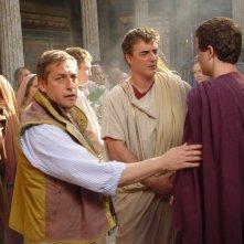Lorenzo Minoli con Chris Noth e Jeremy Sisto sul set di Giulio Cesare di Uli Edel