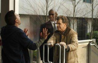 Fringe: John Noble e Lance Reddick in una scena dell'episodio What Lies Below