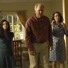 Dexter: Vanessa Marano, John Lithgow e Julia Campbell nell'episodio Hungry Man