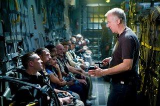James Cameron da istruzioni a Sam Worthington ed un gruppo di attori sul set di Avatar
