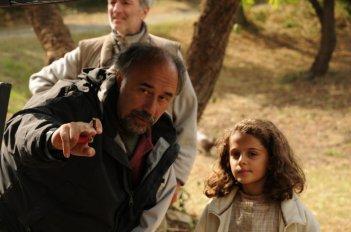 Il regista Giorgio Diritti con la piccola Greta Zuccheri Montanari sul set de L'uomo che verrà