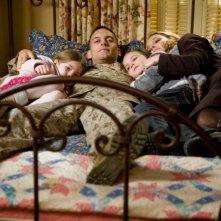 La famiglia Cahill (Taylor Geare, Tobey Maguire, Natalie Portman e Bailee Madison) in una sequenza di Brothers