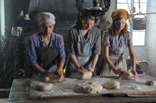 Laura Pizzirani, Maya Sansa e Alba Rohrwacher in un'immagine del film L'uomo che verrà