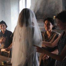 Maya Sansa e Alba Rohrwacher in un'immagine del film L'uomo che verrà