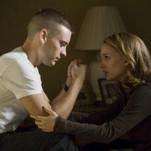 Sam (Tobey Maguire) di fronte alla moglie Grace (Natalie Portman) in una scena di Brothers