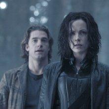 Scott Speedman alle spalle di Kate Beckinsale nel film Underworld: Evolution