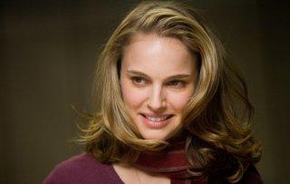 Un bel primo piano di Grace (Natalie Portman) per il film Brothers