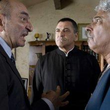 Jean-Marie Bigard con Jacky Nercessian e Benjamin Feitelson in una scena della commedia Il mi$$ionario