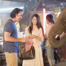 Nicolas Cage e Charlie Yeung in una scena del film Bangkok Dangerous