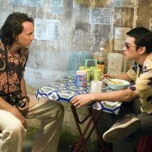 Nicolas Cage e Shahkrit Yamnarm in una scena del film Bangkok Dangerous