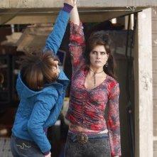 The Middle: Brooke Shields e Patricia Heaton in un momento dell'episodio The Neighbor