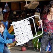 The Middle: Brooke Shields e Patricia Heaton in una scena dell'episodio The Neighbor