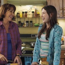 The Middle: Eden Sher e Patricia Heaton in un momento dell'episodio The Jeans