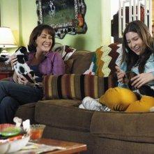 The Middle: Eden Sher e Patricia Heaton in una scena dell'episodio The Jeans