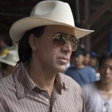 Un perplesso Nicolas Cage in una scena del film Bangkok Dangerous