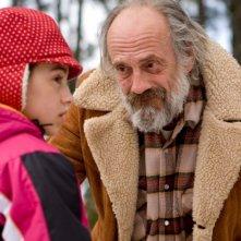 Ariel Gade e Christopher Lloyd in una scena del film Il richiamo della foresta 3D