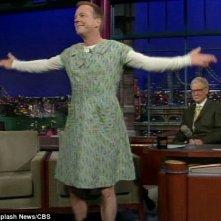 Kiefer Sutherland saluta il pubblico vestito da donna al Letterman Show, nel 2010