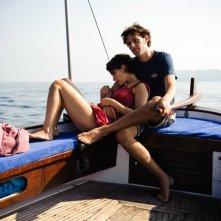 Dario Castiglio e Martina Codecasa in un'immagine romantica del film Sul mare di Alessandro D'Alatri