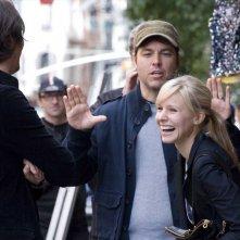 Il regista Mark Steven Johnson e la sorridente Kristen Bell sul set del film When in Rome