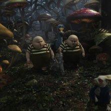 Matt Lucas, in versione doppia, e Mia Wasikowska in una sequenza di Alice in Wonderland, diretto da Tim Burton