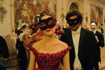 Una seducente Cristiana Capotondi nei panni di Sissi in una scena della fiction tv