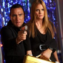 Karl Stromberg (Vinnie Jones) tiene in ostaggio Carina (Mini Anden) nell'episodio Chuck Vs The Three Words