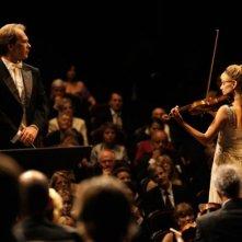 Aleksei Guskov e Mélanie Laurent in un momento del film Il concerto