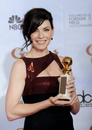 Julianna Margulies posa con il suo premio come miglior attrice drammatica ai Golden Globes 2010