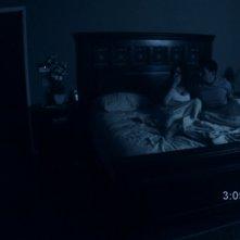 Katie Featherston e Micah Sloat in una scena del film Paranormal Activity