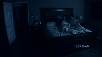 Katie Featherston e Micah Sloat in una scena del film Paranormal Activity