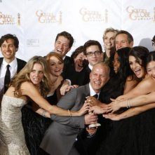 Ryan Murphy con il cast di Glee, miglior Comedy Series ai Golden Globes (2010)