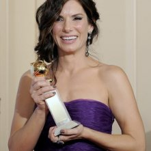 Sandra Bullock posa con il suo premio per The Blind Side ai Golden Globes 2010