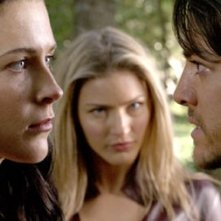 Tabrett Bethell sullo sfondo e Bridget Regan con Craig Horne in primo piano nell'episodio Fury della serie tv La Spada della Verità