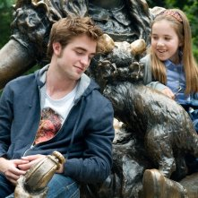 Tyler (Robert Pattinson) e la piccola Caroline (Ruby Jerins) in una scena del film Remember Me