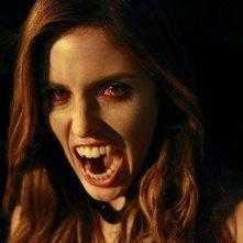 Un primo piano dell'assetata neo-vampira Vicki (Kayla Ewell) nell'episodio Haunted di The Vampire Diaries