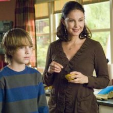 Chase Ellison e Ashley Judd in una scena di The Tooth Fairy