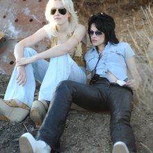 Dakota Fanning e Kristen Stewart in una prima immagine di scena del film The Runaways