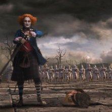 Johnny Depp in una sequenza da horror per Alice in Wonderland, diretto da Tim Burton